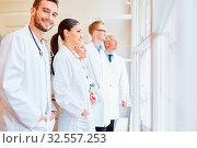 Klinik Team mit Ärzten und Assistenzärzten und Arzthelferin. Стоковое фото, фотограф Zoonar.com/Robert Kneschke / age Fotostock / Фотобанк Лори