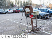 Купить «Small countryside parking area with cell of Tesla Supercharger a 480-volt DC fast-charging station at cold season. Финляндия», фото № 32563201, снято 30 октября 2019 г. (c) Кекяляйнен Андрей / Фотобанк Лори