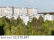 Купить «Жилой район с девяти- и шестнадцатиэтажными домами в окружении деревьев и леса. Зеленоград, 9 микрорайон», фото № 32570881, снято 12 мая 2018 г. (c) Evgenia Shevardina / Фотобанк Лори