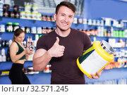 Купить «muscular man giving thumbs up», фото № 32571245, снято 12 апреля 2018 г. (c) Яков Филимонов / Фотобанк Лори