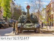"""Купить «Russia, Samara, May 2017: Russian 152-mm self-propelled self-propelled howitzer 2S19 """"Msta-S"""" on the city street prepared for the parade on Victory Day on a spring sunny day.», фото № 32572617, снято 7 мая 2017 г. (c) Акиньшин Владимир / Фотобанк Лори"""