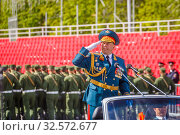 Купить «Russia, Samara, July 2016: the army general in parade uniforms rides his troops to the rehearsals of the Victory Parade in Kuybyshev Square. Text in Russian: tribune.», фото № 32572677, снято 7 мая 2017 г. (c) Акиньшин Владимир / Фотобанк Лори