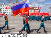 Купить «Russia, Samara, May 2017: the honor guard carries the state flag of Russia. Spring sunny day. Square named after Kuibyshev. Victory Day.», фото № 32572689, снято 7 мая 2017 г. (c) Акиньшин Владимир / Фотобанк Лори