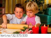 Kinder backen für Weihnachten Kekse. Plätzchen für die Adventzeit. Стоковое фото, фотограф Zoonar.com/Erwin Wodicka / age Fotostock / Фотобанк Лори