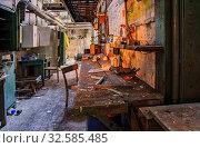 Eine verlassene Werkstatt.Es steht noch alles wie es der Letzte verlassen hat.Auch der Kalender hängt noch an der Wand. Стоковое фото, фотограф Zoonar.com/Hans-JuergenKochan / easy Fotostock / Фотобанк Лори