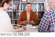 Salesman demonstrating to customer something. Стоковое фото, фотограф Яков Филимонов / Фотобанк Лори