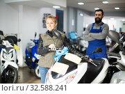 Beardy guy is helping female client. Стоковое фото, фотограф Яков Филимонов / Фотобанк Лори