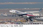 Купить «Malaysia Airlines Airbus A330 departure from Hong Kong», видеоролик № 32589301, снято 10 ноября 2019 г. (c) Игорь Жоров / Фотобанк Лори