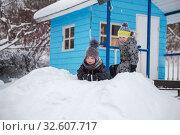 Купить «Маленькие дети играют зимой на улице», фото № 32607717, снято 1 января 2019 г. (c) Юлия Бабкина / Фотобанк Лори