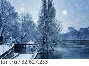 Купить «Flooded river embarkment in Paris after snowfall», фото № 32627253, снято 7 февраля 2018 г. (c) Сергей Новиков / Фотобанк Лори