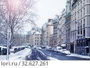 Купить «Street covered with snow, canal saint Martin Paris», фото № 32627261, снято 7 февраля 2018 г. (c) Сергей Новиков / Фотобанк Лори