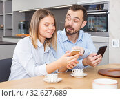 Couple with phones. Стоковое фото, фотограф Яков Филимонов / Фотобанк Лори