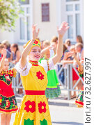"""Russia Samara August 2019: Girls in holiday costumes at the """"Festival of Flowers"""" procession. Редакционное фото, фотограф Акиньшин Владимир / Фотобанк Лори"""