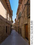 Купить «Лагуардия, Испания. Узкая средневековая улица старого города», фото № 32638549, снято 23 июня 2017 г. (c) Rokhin Valery / Фотобанк Лори