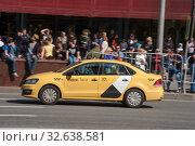 Купить «Желтый автомобиль Яндекс такси Volkswagen Polo едет по Новому Арбату, Москва, вид сбоку», фото № 32638581, снято 9 мая 2018 г. (c) Малышев Андрей / Фотобанк Лори