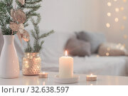 Christmas decorations with burning candles in white interior. Стоковое фото, фотограф Майя Крученкова / Фотобанк Лори