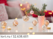 Christmas decorations with burning candles in pink and gold colors. Стоковое фото, фотограф Майя Крученкова / Фотобанк Лори