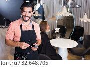 Купить «professional male hairdresser with visitor», фото № 32648705, снято 24 февраля 2020 г. (c) Яков Филимонов / Фотобанк Лори