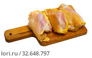 Купить «Raw skinless chicken thighs on cutting board», фото № 32648797, снято 7 июля 2020 г. (c) Яков Филимонов / Фотобанк Лори