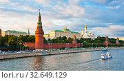 Купить «Туристические кораблики рядом с Большим Кремлевским Дворцом. Лето. Закат. Москва», фото № 32649129, снято 10 августа 2019 г. (c) E. O. / Фотобанк Лори