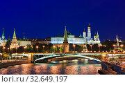Вид на Московский Кремль с Патриаршего моста летним вечером. Москва (2019 год). Стоковое фото, фотограф E. O. / Фотобанк Лори