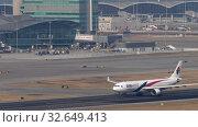 Купить «Malaysia Airlines Airbus A330 departure from Hong Kong», видеоролик № 32649413, снято 10 ноября 2019 г. (c) Игорь Жоров / Фотобанк Лори