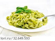 Паста с соусом песто в тарелке на белой доске. Стоковое фото, фотограф Резеда Костылева / Фотобанк Лори