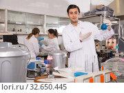 Купить «Nice male chemist working in laboratory», фото № 32650445, снято 28 ноября 2018 г. (c) Яков Филимонов / Фотобанк Лори