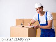Купить «Young male professional mover doing home relocation», фото № 32695797, снято 7 августа 2019 г. (c) Elnur / Фотобанк Лори