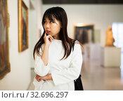 Купить «Chinese female visitor in museum», фото № 32696297, снято 24 февраля 2020 г. (c) Яков Филимонов / Фотобанк Лори