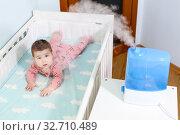 Купить «Увлажнитель воздуха в детской комнате, рядом с кроваткой», фото № 32710489, снято 8 декабря 2019 г. (c) Кекяляйнен Андрей / Фотобанк Лори