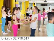 Teenagers in pairs learning to dance active boogie-woogie. Стоковое фото, фотограф Яков Филимонов / Фотобанк Лори