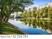 Купить «Чистые пруды и отражения. Mirror water of Chistye Prudy», фото № 32724741, снято 14 июля 2019 г. (c) Baturina Yuliya / Фотобанк Лори