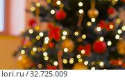 blurred decorated christmas tree at home. Стоковое видео, видеограф Syda Productions / Фотобанк Лори