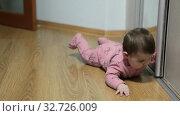 Купить «Любопытный шестимесячный ребенок исследует пол и дверцы шкафа в комнате», видеоролик № 32726009, снято 10 декабря 2019 г. (c) Кекяляйнен Андрей / Фотобанк Лори