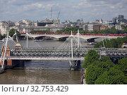 London, Great Britain, view of Hungerford Bridge and Waterloo Bridge on the Thames (2017 год). Редакционное фото, агентство Caro Photoagency / Фотобанк Лори