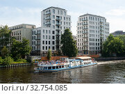 Berlin, Germany, New residential buildings along the Spree in Moabit (2019 год). Стоковое фото, агентство Caro Photoagency / Фотобанк Лори