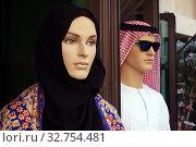 Dubai, United Arab Emirates, mannequins in traditional Arabic clothing (2018 год). Редакционное фото, агентство Caro Photoagency / Фотобанк Лори