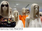 Dubai, United Arab Emirates, female mannequins without mouth (2018 год). Редакционное фото, агентство Caro Photoagency / Фотобанк Лори