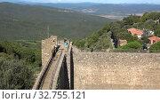 Купить «Туристы на стене старинной крепости города Монтальчино. Тоскана, Италия», видеоролик № 32755121, снято 20 сентября 2017 г. (c) Виктор Карасев / Фотобанк Лори