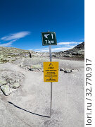 Signpost shows rest of the way to Trolltunga natural attraction with stop and turn around notice. The famous tourist destination in Hordaland county with pathway. Norway (2018 год). Редакционное фото, фотограф Кекяляйнен Андрей / Фотобанк Лори