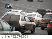 Купить «Плотное движение на Кремлевской набережной. Город Москва», эксклюзивное фото № 32776601, снято 4 марта 2011 г. (c) lana1501 / Фотобанк Лори