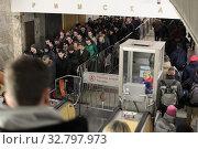 Купить «Москва, люди в метрополитене на эскалаторе», эксклюзивное фото № 32797973, снято 25 декабря 2019 г. (c) Дмитрий Неумоин / Фотобанк Лори
