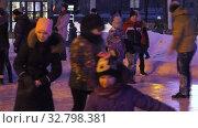 Купить «Дети катаются на ледяном катке. Children ride on an ice rink.», видеоролик № 32798381, снято 29 декабря 2019 г. (c) Евгений Романов / Фотобанк Лори