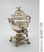Gale and Moseley, American, active: 1828 - 1833, Coffee Urn, 1829, silver, Overall: 17 5/8 × 11 3/8 × 11 3/4 inches (44.8 × 28.9 × 29.8 cm) Редакционное фото, фотограф ARTOKOLORO QUINT LOX LIMITED / age Fotostock / Фотобанк Лори