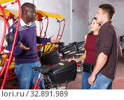Купить «Smiling African-American rickshaw driver talking to young couple», фото № 32891989, снято 22 мая 2018 г. (c) Яков Филимонов / Фотобанк Лори