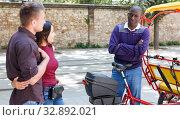 Offended rickshaw driver with clients. Стоковое фото, фотограф Яков Филимонов / Фотобанк Лори