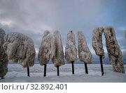 Купить «Старый железный причал покрытый коркой льда. Коррозия металла, обледенение», фото № 32892401, снято 31 декабря 2019 г. (c) Яковлев Сергей / Фотобанк Лори