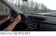 Купить «Руки на руле автомобиля, движущегося по зимней трассе», видеоролик № 32913921, снято 29 декабря 2019 г. (c) Виктор Карасев / Фотобанк Лори