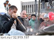 Купить «Раздача бесплатной горячей пищи участникам коммунистического митинга. Калининград», фото № 32919197, снято 7 ноября 2017 г. (c) Ирина Борсученко / Фотобанк Лори